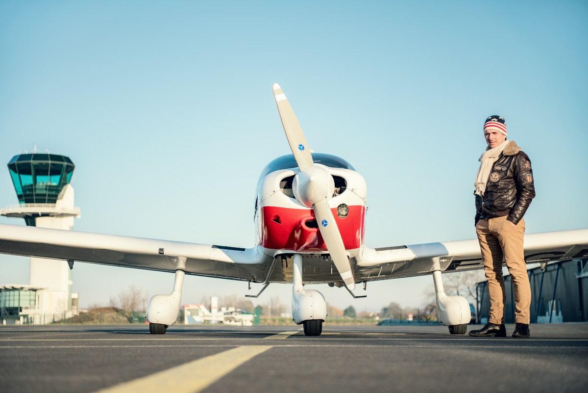 Aereo, pilota e torre di controllo.